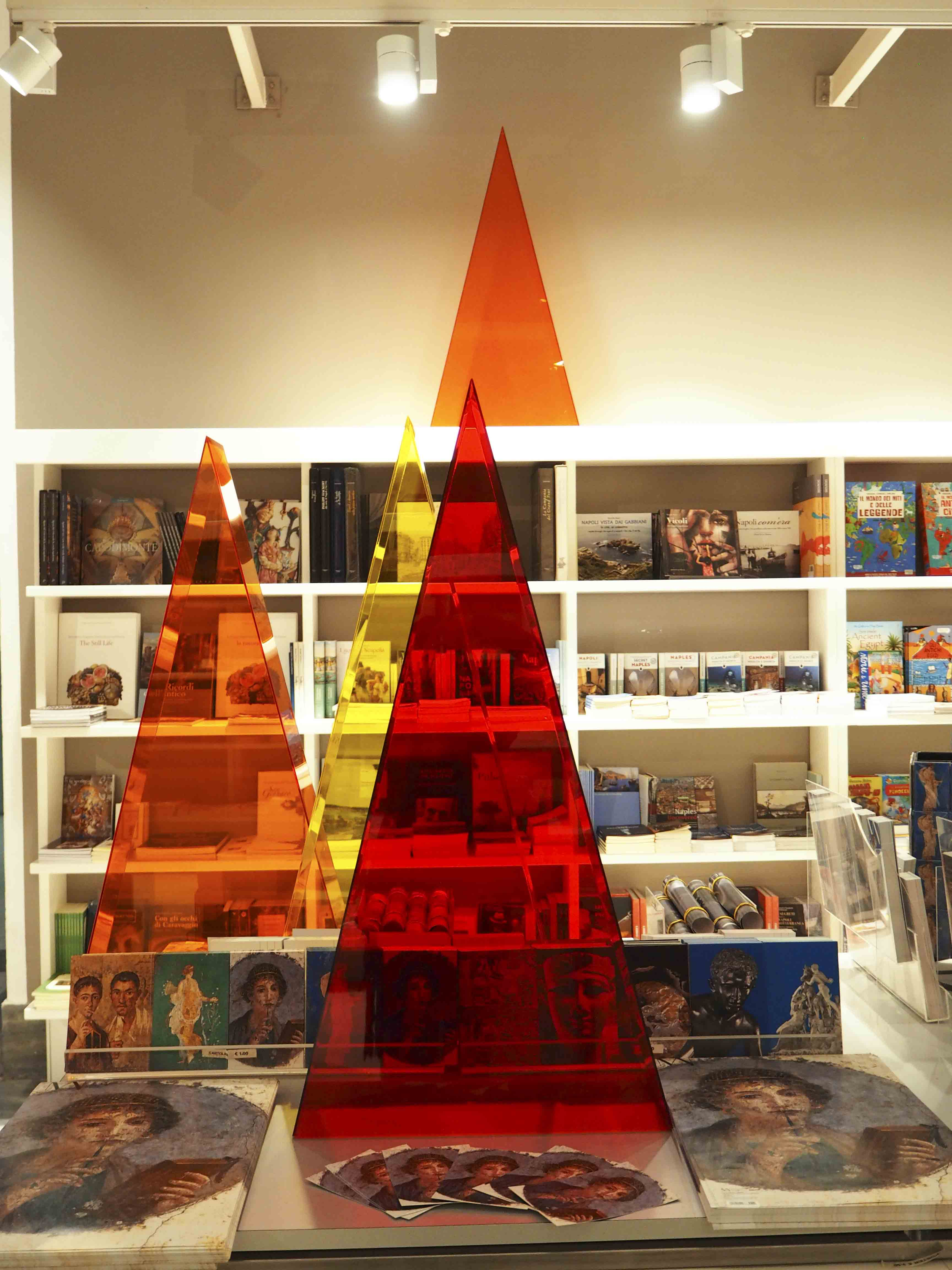 Allestimento del bookshop del MANN